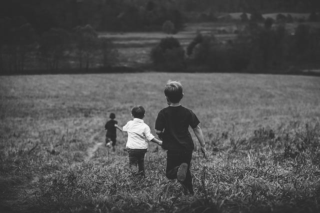 """東大生の92%が子ども時代に""""熱中体験""""をもつ。虫取り、アイドル、少女小説…何かに「ハマった」経験が子どもの脳を育てる!"""