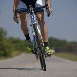 自転車でもヘルメットを 光る合図で進行方向を知らせる